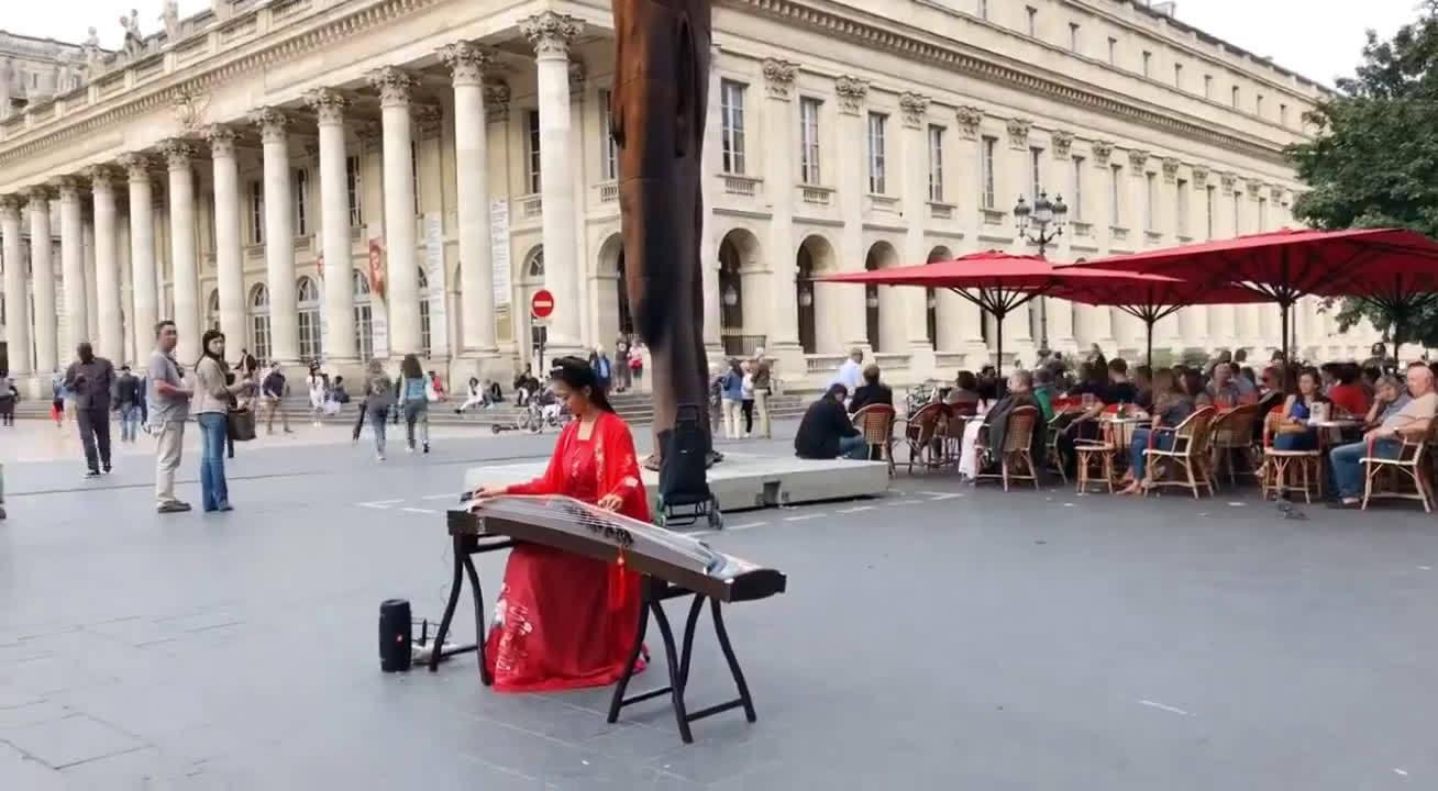 随着传统文化的复兴,汉服的复兴是必然,汉服运动的出现不是偶然,它是民族愈加自信的结果,是人们数百年来因各种原因压抑着的民族认同感自主迸发的表现形式。比如下面的法国街头的中国小姐姐